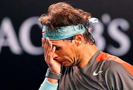 Espanjan Rafael Nadal kärsi selkävaivoista ottelussa Sveitsin Stanislas Wawrinkaa vastaan Australian avoimien miesten turnauksessa Melbournessa sunnuntaina.