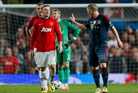Bastian Schweinsteiger (oik.) esitti viittomien avulla Wayne Rooneylle mielipiteensä tilanteesta, josta hän sai punaisen kortin.