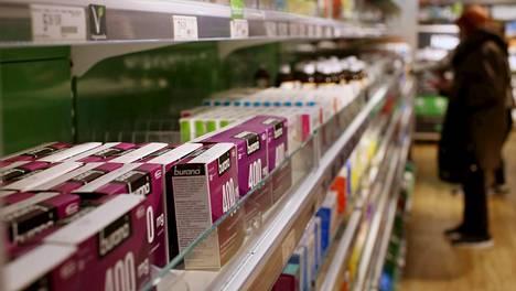 Kilpailu- ja kuluttajavirasto haluaisi vapauttaa apteekkimarkkinan kilpailua. Särkylääkkeitä hyllyssä Yliopiston apteekissa Helsingissä.