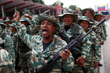 Puolisotilaalliset joukot tukivat presidentti Nicolás Maduroa lauantaina sotilasparaatissa.