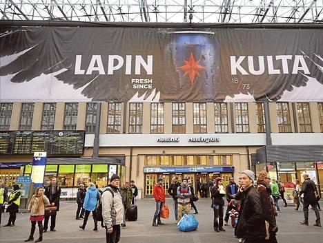 Helsingin rautatieasemalla nähdyn banderollin kaltaiset alkoholimainokset ovat ensi vuonna kiellettyjä.