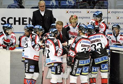 Ässien päävalmentaja Alpo Suhonen seurasi joukkueensa aikalisäkeskustelua Helsingissä 16. syyskuuta 2008 pelatussa jääkiekon SM-liigan ottelussa Jokerit vastaan Ässät.