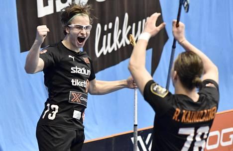 Oilersin Justus Kainulainen (vas.) ja Rasmus Kainulainen juhlivat 2-0-maalia kolmannessa välierässä 24. maaliskuuta 2021.