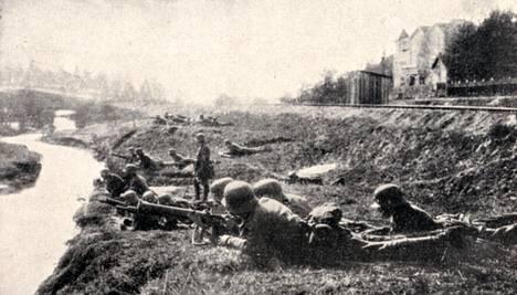 Saksan keisarillisen armeijan sotilaat etenivät Leppävaaran kautta kohti Helsinkiä. Kenraali Von der Goltzin muistelmissa julkaistu kuva on otettu ilmeisesti Huopalahdessa.