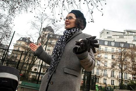 Pariisin Montholonin puistossa kävelyllä olleen Catherine Gallowayn mielestä lapselle kannattaa terrori-iskusta kannattaa kertoa silloin, jos tämä itse kysyy siitä.Tarrori-iskun jälkeen kouluissa kiristettiin turvatoimia. Gallowayn vanhemman lapsen koulussa aikuiset eivät enää saa hakea lapsiaan koulun sisältä, vaan heidän pitää odottaa ulkopuolella.