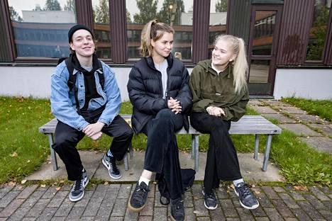 Alppilan lukion opiskelijat Urho Kuusela, Anni Wallin (kesk.) ja Aino Huttunen eivät haluaisi ylioppilaskirjoitusten ratkaisevan kaikkea.