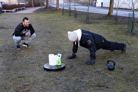 Personal trainer Aaron Selkrigin yritys vie asiakkaat harjoittelemaan ulos, kun kuntosalit pysyvät suljettuina.