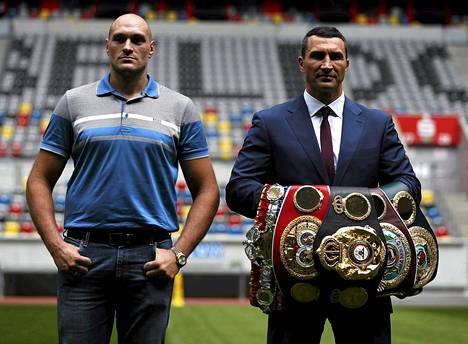 Tyson Fury (vas.) ja Vladimir Klitschko poseerasivat tiistaina Düsseldorfissa, jossa kaksikko iskee yhteen lokakuun lopulla.