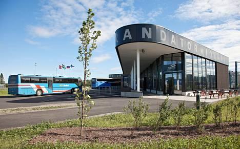 Upouusi Tornion ja Haaparannan yhteinen matkakeskus sijaitsee Ruotsin puolella, mistä syntynyt verosotku viivästytti keskuksen avajaisia.
