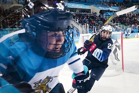 Suomen Minnamari Tuominen ja USA:n Kendall Coyne jääkiekon naisten välieräottelussa.