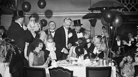Iloista vapunviettoa Pörssiravintolassa Helsingissä vuonna 1930.