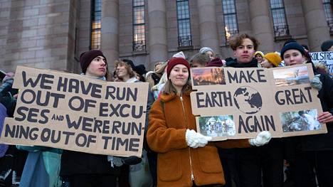 Vuokko Yrjänä (keskellä), Mikko Takala, Antti Takala ja Anni Lappalainen osallistuivat tammikuussa koululakkoon ja osoittivat mieltä ilmastonmuutoksen torjumiseksi.