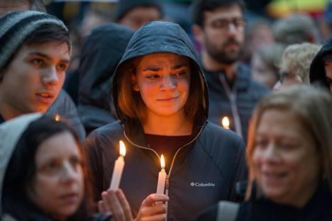 Ihmiset kokoontuivat muistotilaisuuteen Pittsburghissa lauantaina.