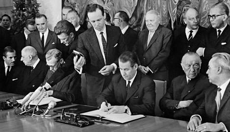 Ranskan presidentti Charles de Gaulle (toinen vas.) ja Saksan liittokansleri Konrad Adenauer (toinen oik.) seurasivat Élysèe-sopimuksen allekirjoitusta 22. tammikuuta 1963.