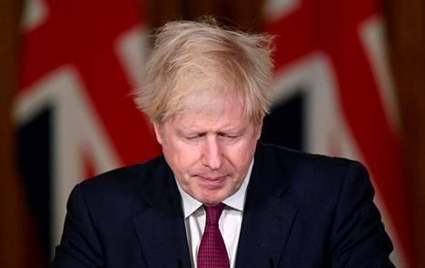 Britannian pääministeri Boris Johnson tiedotustilaisuudessa pääministerin virka-asunnossa Lontoossa lauantaina.