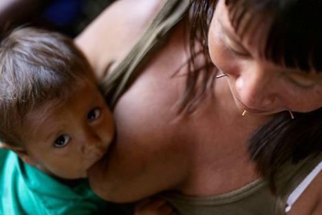 Yanomamy-heimon intiaani ruokkii lastaan Santa Izabel do Rio Negrossa, joka sijaitsee Amazonin alueella.