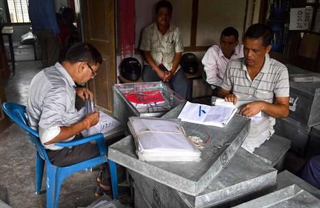 Työntekijät tarkastavat asiakirjoja ennen kansalaislistan lopullista julkaisemista Guwahatissa, Assamin pääkaupungissa torstaina 29. elokuuta.