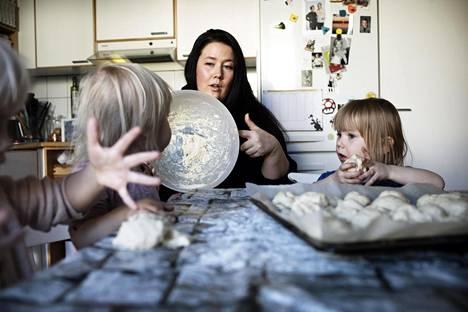 Jenni Laaksonen toimii yksityisenä perhepäivähoitajana Espoon Karakalliossa. Laaksonen leipoi maanantaina laskiaispullia Taimi Raution, 3, Venla Honkimaan, 2, ja Lumi Kieferin,3, kanssa.