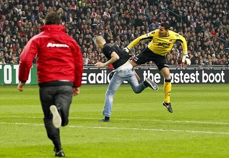 AZ Alkmaarin maalivahti Esteban Alvarado potkaisi kentälle juossutta Ajaxin fania Hollanin cupin ottelussa.