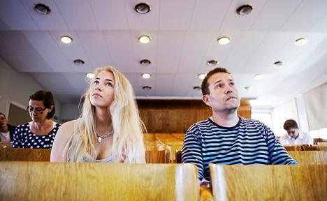 Jana Jakimtchouk (vas.) ja Perttu Lamminen kuulivat Aalto-yliopiston avoimella taloustieteiden kurssilla maanantaina, miten hallitus kasvattaa talouden tuottavuutta. Perheellisen Lammisen mukaan kesä on yksi parhaista ajoista opiskella.