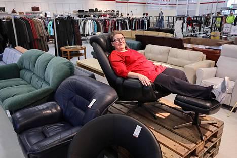 Marje Arvinen SPR:n Vantaan Kontti-tavaratalosta uskoo, että nahkainen tv-tuoli ja rahi myydään 650:llä eurolla. Kuvan vasemmassa reunassa olevat kangaspäällysteiset sohvat ovat ostajien inhokkeja.