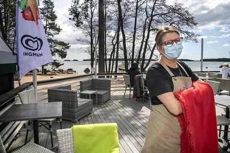 """Nina Backberg-Kinnunen perusti Café Mellstenin Haukilahteen vuonna 1994. Hänestä on tärkeää, että alueella on ympärivuotisia kahviloita ja ravintoloita. """"Pitää muistaa, että on myös ne huonot kuukaudet. Meillä, jotka pidämme paikkaamme auki ympäri vuoden, pitää olla edellytykset elää myös niiden läpi. Ei voi olla niin, että tullaan vain kesällä paikalle nauttimaan valmiista asiakasvirroista."""""""