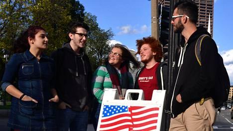 """Emersonin yliopiston opiskelijat (vasemmalta oikealle) Amy Pinto, Miles Coplin, Avery Merton, Will van Gelder ja belgialainen Timethée Courouble elävät """"tuplakuplassa"""", koska he käyvät liberaalia koulua ja asuvat demokraattivaltaisessa Bostonissa. Opiskelijat toivovat demokraattien voittoa marraskuun kongressivaaleissa."""