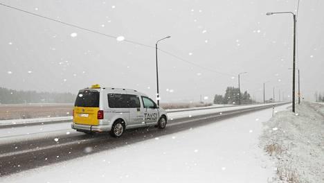 Kutostie Elimäen kohdalla oli saanut lumipeitteen perjantaiaamuna.