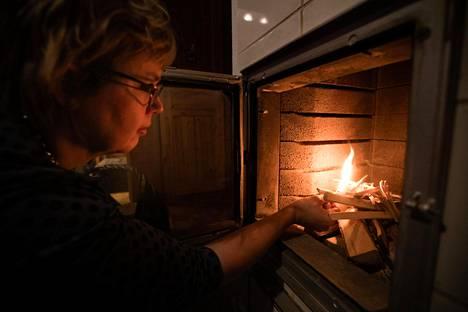 HSY:n ilmansuojeluyksikön päällikkö Maria Myllynen muistuttaa, että puunpolton päästöihin voi vaikuttaa omalla toiminnallaan.