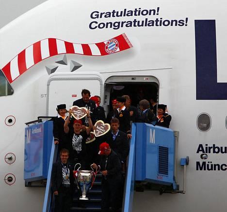 Bayernin kapteeni Philipp Lahm (vas.) ja valmentaja Jupp Heynckes toivat mestaruuspokaalin Müncheniin.