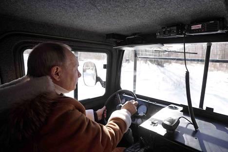 Putin esiintyy mielellään kuljettajan roolissa.