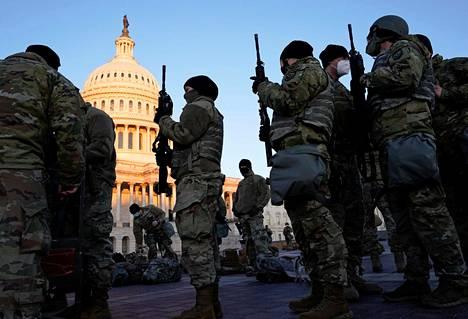 Kansalliskaartin sotilaille jaettiin aseita kongressitalon edustalla Washingtonissa keskiviikkona.