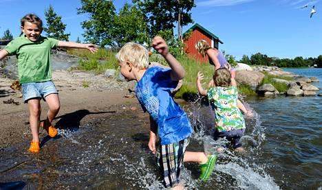 Ellen Salakari (vas.), Sebastian Forsstedt ja Kevin Söderman leikkivät meressä Pirttisaaren rannassa. Meme Forsstedt yrittää väistää pärskeitä.<BR/><BR/><BR/>