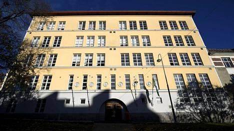 Helsingin kaupunki katkaisi virkasuhteen miesopettajalta, jota on syytetty epäasiallisesta käytöksestä Kallion ilmaisutaidon lukiossa.