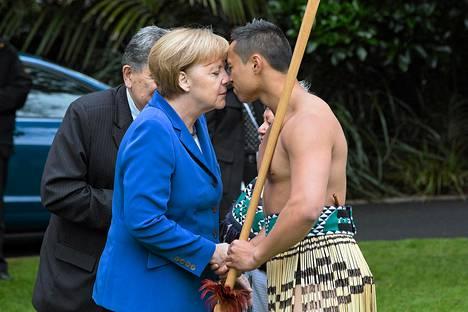 Saksan liittokansleri Angela Merkel kokeili perinteistä, hongi-nimistä maoritervehdystä hallitusrakennuksen edustalla Uuden-Seelannin Aucklandissa perjantaina.