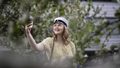 Jutta Tiilikainen kirjoitti keväällä Kulosaaren yhteiskoulusta. Hänet kuvattiin kotipihallaan Helsingissä.