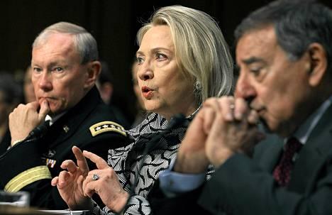 Clintonin (kesk.) mukaan isku on osa laajempaa, moniosaista hyökkäystä terrorismia vastaan.