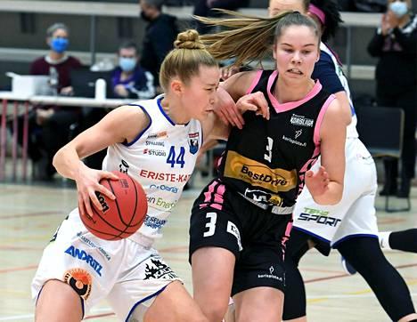 EBT:n Sanni Tuomisto (oik.) yritti pysäyttää 14. helmikuuta pelatussa Suomen cupin loppuottelussa Peli-Karhujen Linda-Lotta Lehtorannan etenemisen. PeKa voitti finaalin pistein 98–81.