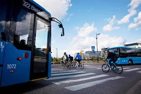 Bussit väistävät Helsingin Töölönlahdenkadulla usein pyöräilijöitä, vaikka paikalla on kyltti, joka määrää pyöräilijöitä väistämään autoliikennettä.