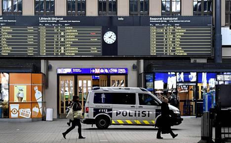 Poliisi varautuu valvomaan liikkumisrajoituksia Helsingissä. Kuvassa Rautatieasema 19. helmikuuta.