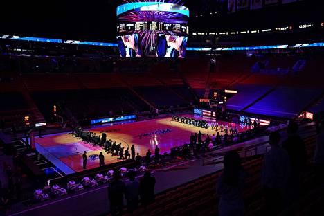 Miami Heatin ja Boston Celticsin pelaajat polvistuivat kansallislaulun aikana ennen loppiaisen NBA-ottelua.
