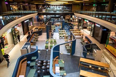 Ostoskeskus Triplan ravintolamaailma on edelleen tyhjillään. Muutenkin kauppakeskuksessa oli vielä hiljaista.