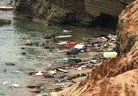 San Diegon pelastuslaitoksen julkaisema kuva veneonnettomuuden tapahtumapaikan läheisyydellä olevasta rannasta, jonne ajautui veneen osia ja matkatavaroita.