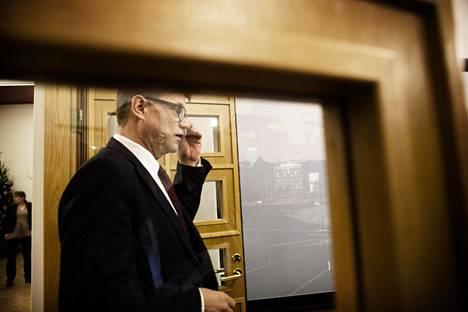 Pääministeri Juha Sipilä saapumassa Sibelius-Akatemian aulaan kertomaan toimittajille, millainen on hänen oma näkemyksensä Yle-kohusta.