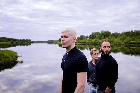 A Moment in the Reeds -elokuvan ohjaaja-käsikirjoittaja-leikkaaja Mikko Mäkelä (vas.) sekä pääosanäyttelijät Janne Puustinen ja Boodi Kabbani Kitisenjoen rannalla Sodankylässä.