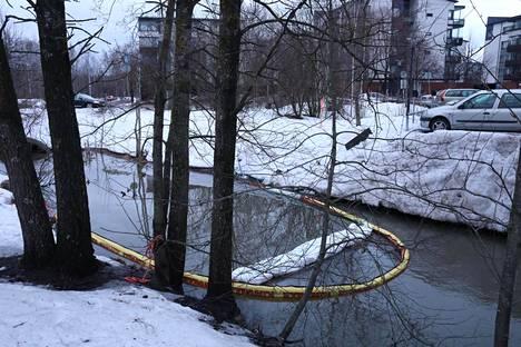 Pelastuslaitos on asentanut Longinojalle imeytyspuomit, joiden avulla haitallista ainetta yritetään poistaa vedestä.