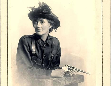 Kreivitär Constance Markievicz poseerasi mieluusti ampuma-aseen kanssa. Kuvista painettiin postikortteja, joita myytiin Sinn Féin -puolueen hyväksi.