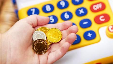 Vaikka perheessä ei puhuttaisi rahasta suoraan, lapsi seuraa, miten sitä käytetään.