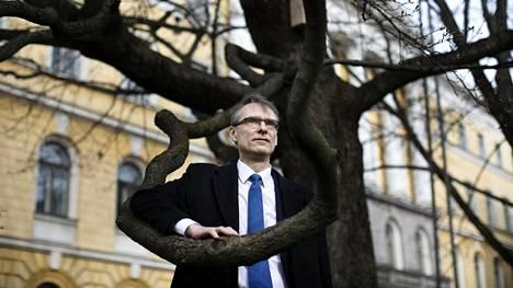 Oikeuskansleri Tuomas Pöysti kuvattiin ja haastateltiin Ritarihuoneen puistikossa. Valtioneuvoston linna on rauhoitettu tapaamisilta.