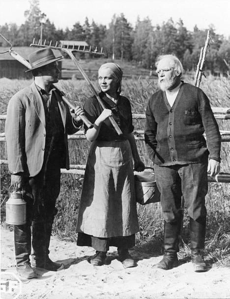 Tilanhoitaja (Eino Kaipainen), emäntä (Kaisu Leppänen) ja vanha isäntä (Aku Korhonen) Wilho Ilmarin Vieras mies tuli taloon -tulkinnassa.